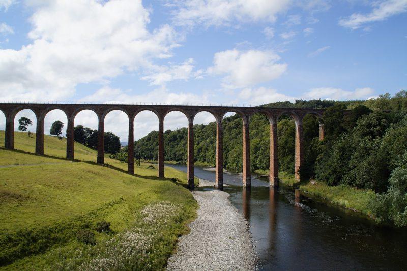 Un viadotto di campagna sopra un fiume.